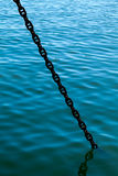 Kotwicowy łańcuch iść nawadniać Fotografia Stock