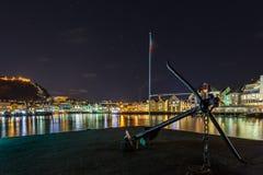 Kotwicowy zabytek przy widoku punktem w porcie w Alesund nocą Obrazy Stock