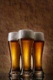 Koud Bier drie in glas op een oude steen Royalty-vrije Stock Afbeeldingen
