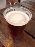 Koud bier in een eco plastic glas (close-upfoto) Royalty-vrije Stock Afbeelding