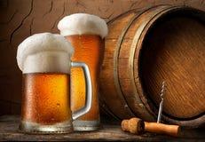Koud bier en vat royalty-vrije stock afbeeldingen