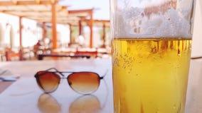 Koud bier op een hete dag royalty-vrije stock afbeeldingen