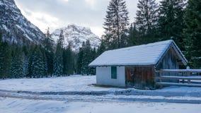 Koud de winterlandschap met chalet in de bergen royalty-vrije stock afbeeldingen