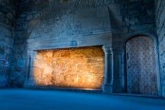 Koud en warm licht in een middeleeuws kasteel stock afbeelding