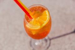 Koud glas van Rum swizzle tribune op lijst Mening van hierboven royalty-vrije stock afbeelding
