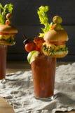 Koud Ijzig Gastronomisch Bloody Mary met een Hamburger stock afbeelding