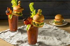 Koud Ijzig Gastronomisch Bloody Mary met een Hamburger stock foto's