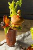 Koud Ijzig Gastronomisch Bloody Mary met een Hamburger royalty-vrije stock afbeeldingen