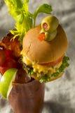 Koud Ijzig Gastronomisch Bloody Mary met een Hamburger stock foto