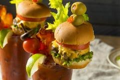 Koud Ijzig Gastronomisch Bloody Mary met een Hamburger royalty-vrije stock fotografie