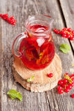Koud Verfrissend Berry Hibiscus Iced Tea met Munt Stock Fotografie