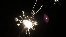 Koud vuurwerk die en tot volledig uitgebrand branden fonkelen stock video