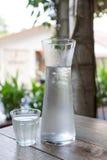 Koud water in glaskruik Royalty-vrije Stock Afbeeldingen