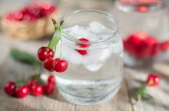 Koud water met ijs en kersen Selectieve nadruk Royalty-vrije Stock Afbeelding
