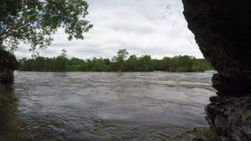Koude bergrivier met modderig water in somber weer stock video