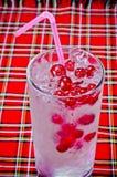 Koude bessencocktail met ijs Stock Foto