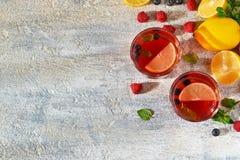Koude bessendrank met citroen en munt Royalty-vrije Stock Afbeeldingen