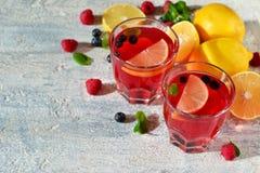 Koude bessendrank met citroen en munt Stock Afbeelding