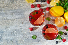 Koude bessendrank met citroen en munt Royalty-vrije Stock Fotografie