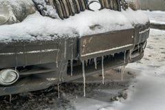 Koude bevroren autobumper in de wintertijd in ijskegels en vuil Stock Afbeeldingen