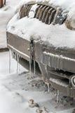 Koude bevroren autobumper in de wintertijd in ijskegels en vuil Royalty-vrije Stock Foto's