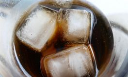 Koude bevroren ijsblokjes met cokesdrank in het glas stock afbeeldingen
