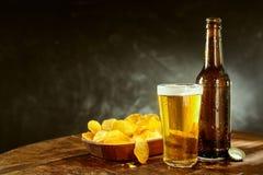 Koude bier en chips op een barteller Royalty-vrije Stock Foto