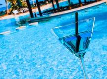 Koude blauwe cocktail dichtbij pool Royalty-vrije Stock Foto