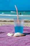 Koude blauwe drank op het tropische strand Stock Foto