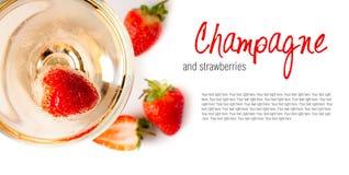 Koude champagne met aardbeien royalty-vrije stock afbeelding