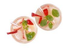 Koude de zomerdrank met ijs en aardbeien die op witte achtergrond, hoogste mening worden geïsoleerd stock afbeeldingen