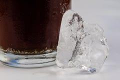 Koude drank met ijs in een glas op een witte lijst Een manier om D te koelen Royalty-vrije Stock Afbeeldingen