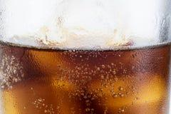 Koude drank met ijs in een glas op een witte lijst Een manier om D te koelen Royalty-vrije Stock Foto's