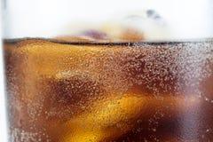Koude drank met ijs in een glas op een witte lijst Een manier om D te koelen Royalty-vrije Stock Foto