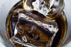 Koude drank met ijs in een glas op een witte lijst Een manier om D te koelen Stock Foto