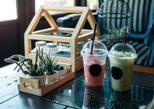 Koude drank op de koffietafel Royalty-vrije Stock Afbeeldingen