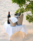 Koude dranken op het strand royalty-vrije stock foto
