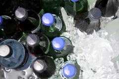 Koude dranken op ijs stock afbeeldingen