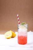 Koude frisdrank van aardbeistroop en citroen met rood stro Royalty-vrije Stock Afbeelding