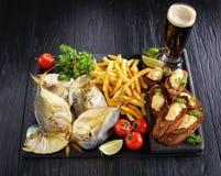 Koude gerookte maanvissen met bier stock afbeeldingen