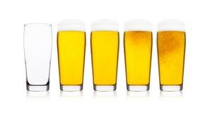 Koude glazen het bier van het lagerbieraal met schuim stock foto's