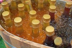 Koude honnydew in flessen met ijs worden gekoeld dat stock foto