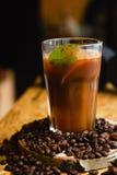 Koude koffie met ijs en munt in een koffie Stock Foto