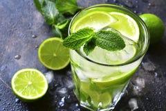 Koude mojito van de de zomerdrank in een lang glas Stock Foto's
