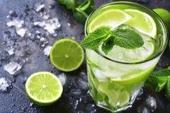 Koude mojito van de de zomerdrank in een lang glas Stock Foto