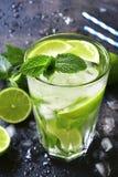 Koude mojito van de de zomerdrank in een lang glas Stock Afbeelding