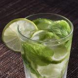 Koude mojitodrank, glas van alcohol royalty-vrije stock foto