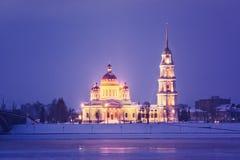 Koude ochtend in de stad met een mooie kerk stock afbeelding