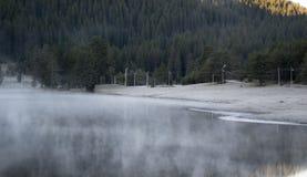 Koude ochtend op het meer Stock Foto's