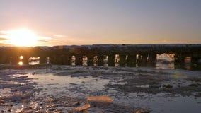 Koude Oostzee in de winter met ijzig strand stock footage